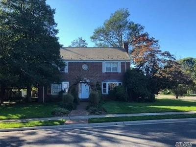 Rockville Centre Single Family Home For Sale: 26 Surrey Ln