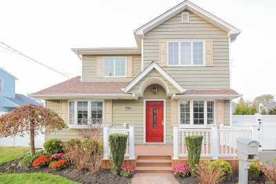 Oakdale Single Family Home For Sale: 11 La Salle Pl