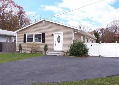 Selden Single Family Home For Sale: 49 Adirondack Dr