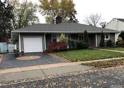 Freeport Single Family Home For Sale: 17 Willowbrook Ln