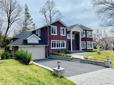 Great Neck Single Family Home For Sale: 12 Horseshoe Ln