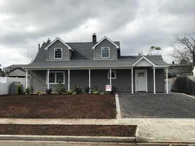 Nassau County Single Family Home For Sale: 100 Harvest Ln