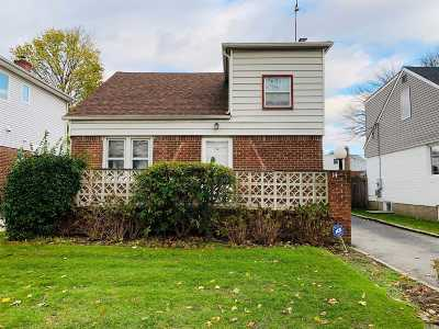 Nassau County Single Family Home For Sale: 14 Lakeville Dr