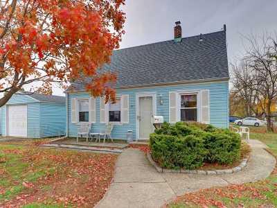 Nassau County Single Family Home For Sale: 85 Acorn Ln