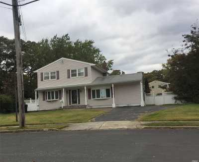 Bay Shore Single Family Home For Sale: 15 Circle Ln