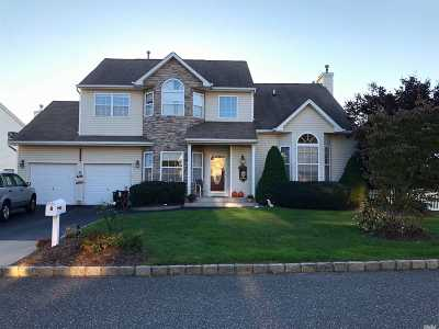 Holtsville Single Family Home For Sale: 8 Peachtree Ct