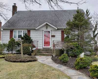 Seaford Single Family Home For Sale: 592 Heathcliff Dr