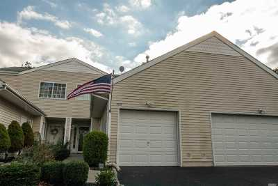 Manorville Condo/Townhouse For Sale: 302 Prairie Ct