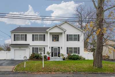Lindenhurst Single Family Home For Sale: 71 Willow Ln