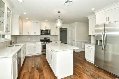 Greenlawn Single Family Home For Sale: 8 Bromley Pl