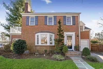 Rockville Centre Single Family Home For Sale: 140 Fonda Rd