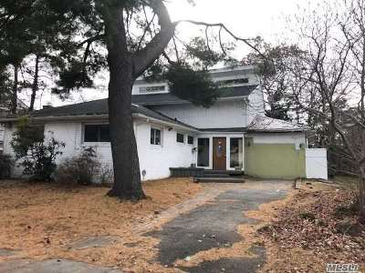 Plainview Single Family Home For Sale: 70 Joyce Rd