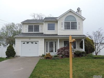 Bay Shore Single Family Home For Sale: 23 Burnett Ave