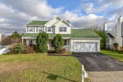 Holtsville Single Family Home For Sale: 83 Summerfield Dr