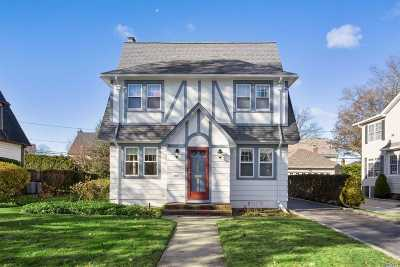 Garden City Single Family Home For Sale: 106 Sackville Rd