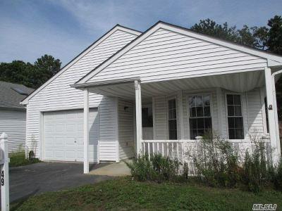 Manorville Condo/Townhouse For Sale: 49 E Village Cir