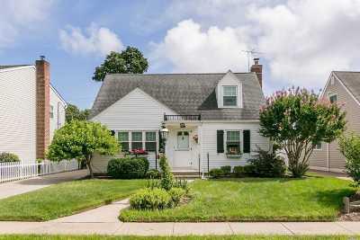 Hicksville Single Family Home For Sale: 38 Gables Dr
