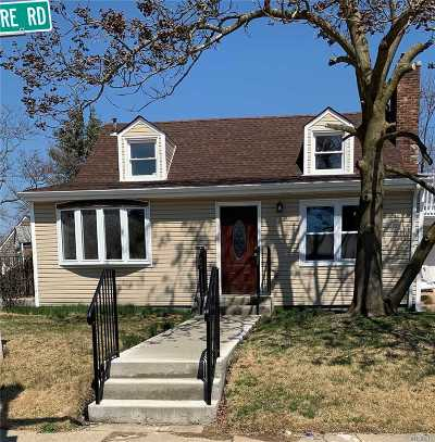 Uniondale Single Family Home For Sale: 305 Anchor Way