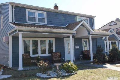 Levittown Single Family Home For Sale: 14 Plow Ln