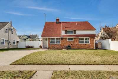 Levittown Single Family Home For Sale: 86 Bobolink Ln