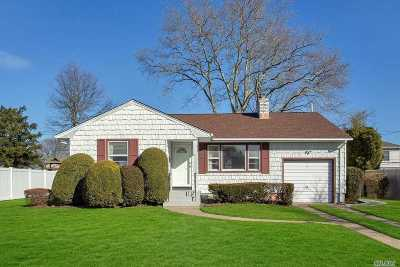 Syosset Single Family Home For Sale: 21 Gainsboro Ln
