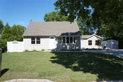Center Moriches Single Family Home For Sale: 26 Surrey Dr