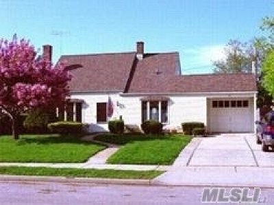 Levittown Single Family Home For Sale: 27 Bellows Ln