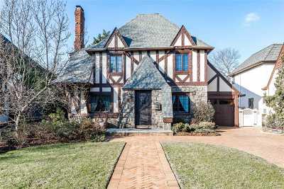 Rockville Centre Single Family Home For Sale: 12 Addison Pl