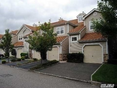 Plainview Condo/Townhouse For Sale: 84 Carriage Ln