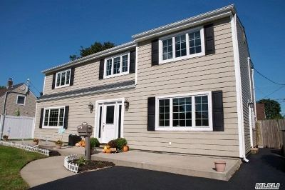 Levittown Single Family Home For Sale: 33 Knoll Ln