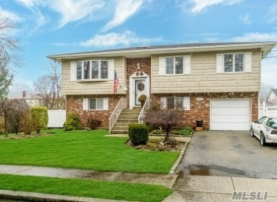 Copiague Single Family Home For Sale: 209 Abbington Ct