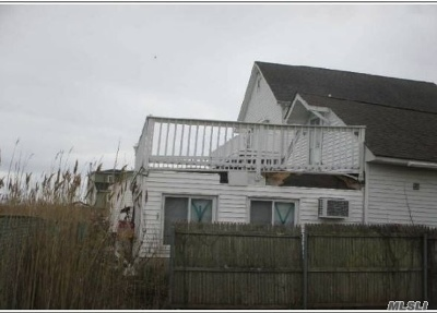 Lindenhurst Single Family Home For Sale: 914 Arctic St
