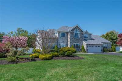 Holtsville Single Family Home For Sale: 4 Greenbriar Ct