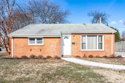 Bethpage Single Family Home For Sale: 4136 Gloria Rd