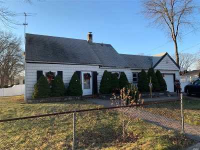 Levittown Single Family Home For Sale: 2 Heather Ln