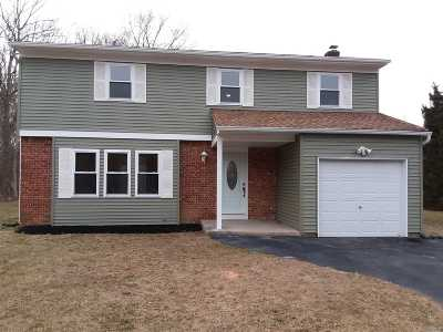 Manorville Single Family Home For Sale: 16 Maxa Ct