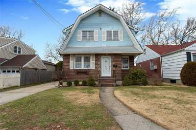 Franklin Square Single Family Home For Sale: 152 Claflin Blvd
