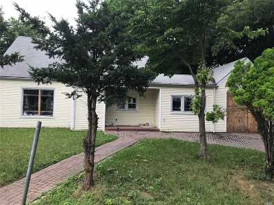 Nassau County Single Family Home For Sale: 34 Bramble Ln