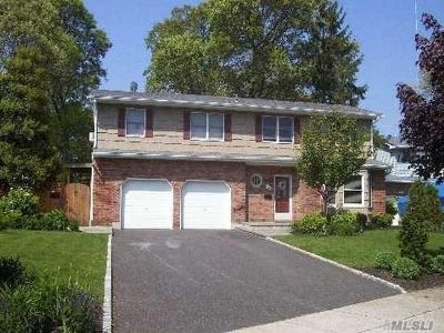 Lindenhurst Single Family Home For Sale: 9 Brooktree Cir