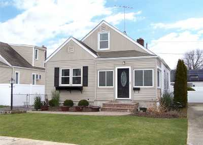 Lindenhurst Single Family Home For Sale: 113 Deauville Pky