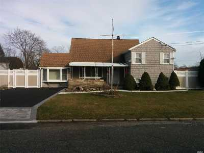 Bay Shore Single Family Home For Sale: 1435 Pine Dr