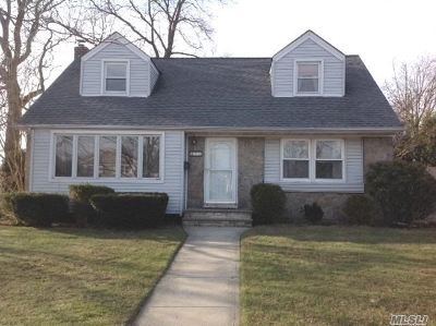 Plainview Single Family Home For Sale: 21 Birch Ln