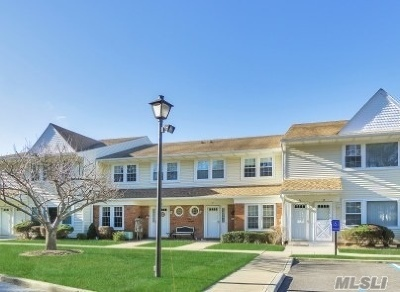 Holtsville Condo/Townhouse For Sale: 35 Gazebo Ln