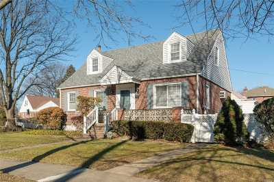 New Hyde Park Single Family Home For Sale: 109 Strattford Rd