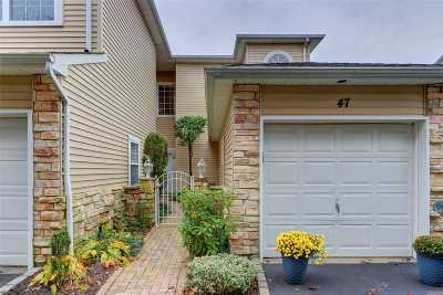 Hauppauge Condo/Townhouse For Sale: 47 Windwatch Dr