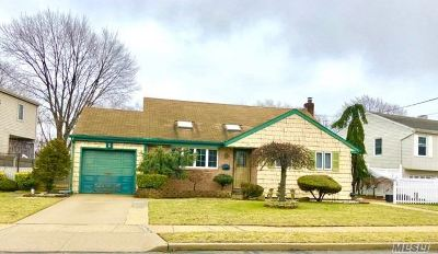 Massapequa Park Single Family Home For Sale: 17 Eastgate Rd