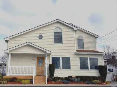 Plainview Single Family Home For Sale: 325 Manetto Hill Rd