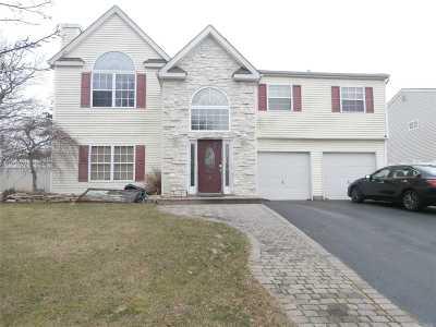 Holbrook Single Family Home For Sale: 4 Trail Blazer Ct
