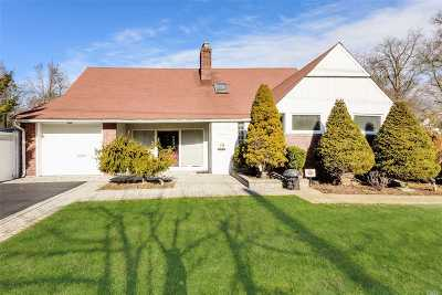 Merrick Single Family Home For Sale: 20 Oak Brook Ln