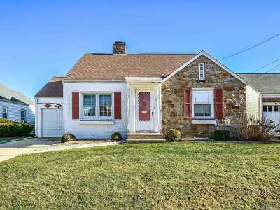 Mineola Single Family Home For Sale: 96 Krug Pl